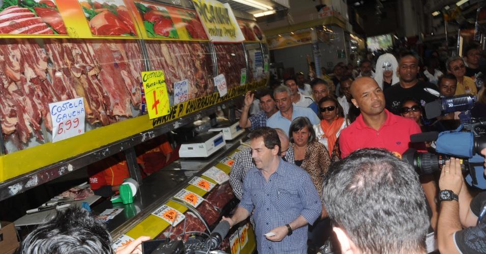 10.ago.2012 - O candidato do PDT à Prefeitura de São Paulo, Paulinho da Força (de azul), visitou o Mercadão da Lapa e o comércio do bairro na manhã desta sexta-feira