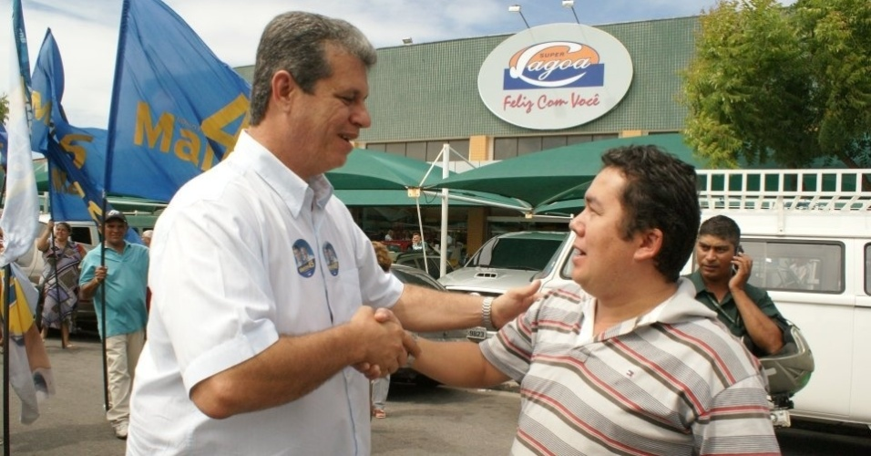 10.ago.2012 - O candidato do PSDB &#224; Prefeitura de Fortaleza, Marcos Cals (&#224; esq.), conversa com moradores do bairro Cidade 2000, durante caminhada de campanha. Marcos afirmou que, se eleito, pretende levar acesso sem fio &#224; internet para as pra&#231;as da cidade
