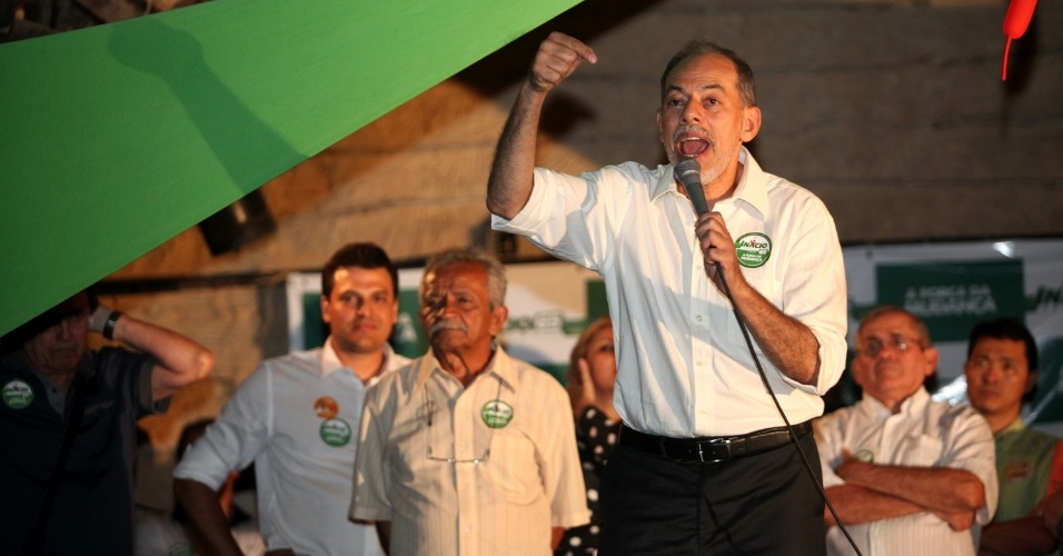 9.ago.2012 - O candidato do PC do B &#224; Prefeitura de Fortaleza, In&#225;cio Arruda, discursa para eleitores no bairro de Dion&#237;sio Torres, na capital cearense