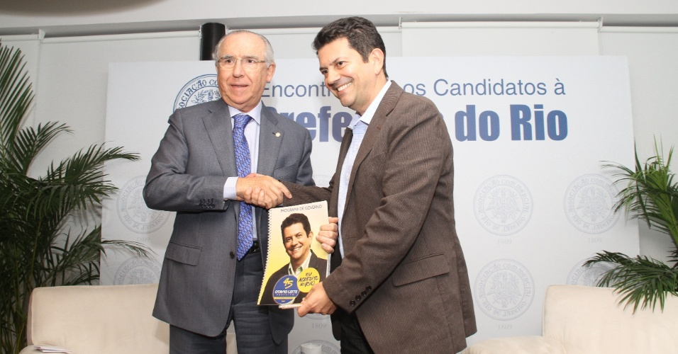 9.ago.2012 - O candidato do PSDB &#224; Prefeitura do Rio de Janeiro, Ot&#225;vio Leite (&#224; dir.), se reuniu com integrantes da Associa&#231;&#227;o Comercial do Rio de Janeiro