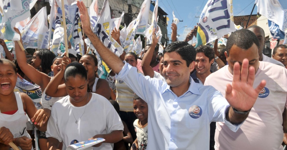 11.ago.2012 - 11.ago.2012 - O candidato a prefeito pelo DEM, ACM Neto, fez caminhada neste s&#225;bado no Vale do Matatu, cercado de militantes do partido, onde prometeu cobrir o canal do bairro