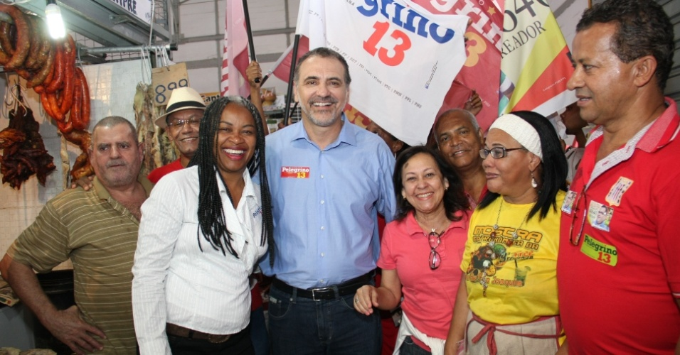 11.ago.2012 - O candidato a prefeito pelo PT, Nelson Pelegrino, e sua vice Ol&#237;via Santana (PC do B) fizeram panfletagem na Feira de S&#227;o Joaquim. A coordena&#231;&#227;o da campanha v&#234; com bons olhos o uso de redes sociais para repassar as propostas do candidato