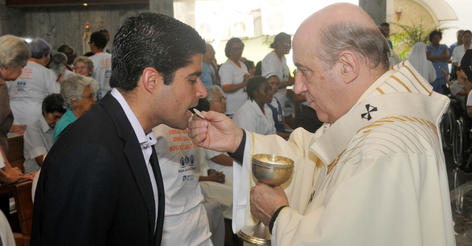 13.ago.2012 - O candidato do DEM a prefeito, ACM Neto, recebe h&#243;stia do arcebispo de Salvador, dom Murilo Krieger, durante missa no santu&#225;rio de Irm&#227; Dulce, no Largo de Roma. Hoje ele lan&#231;ou seu programa de governo