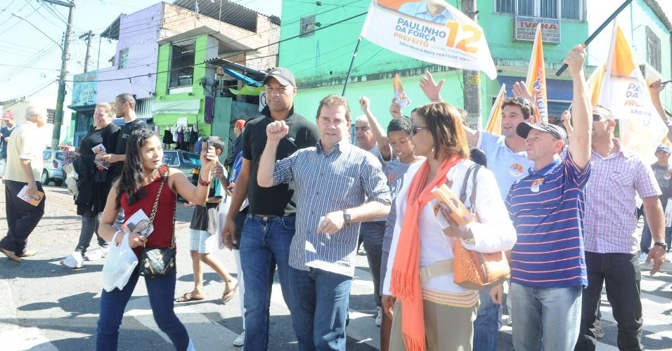 13.ago.2012 - Paulinho da Força (de camisa listrada), candidato do PDT à Prefeitura de São Paulo, faz caminhada pelo bairro Jardim Ângela, zona sul da capital paulista