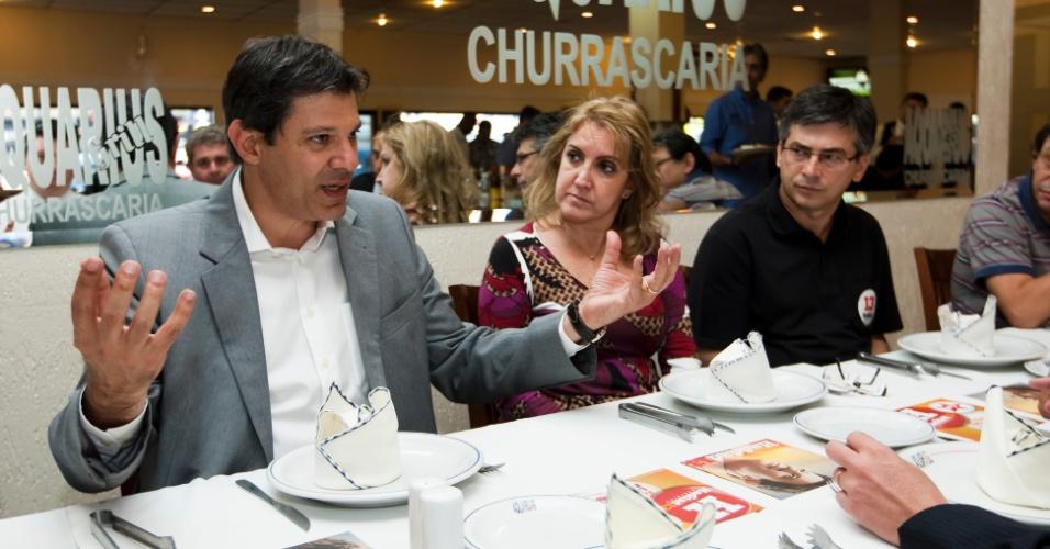 14.ago.2012 - O candidato à Prefeitura de São Paulo Fernando Haddad (PT) almoça com lideranças da Associação das Indústrias da Região de Itaquera (AIRI), numa churrascaria na zona leste