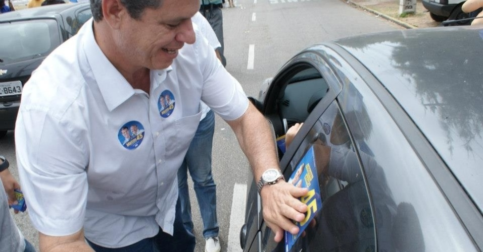 15.ago.2012 - O candidato do PSDB &#224; Prefeitura de Fortaleza, Marcos Cals, fez campanha no cruzamento das avenidas Santos Dumont e Dioguinho, na Praia do Futuro