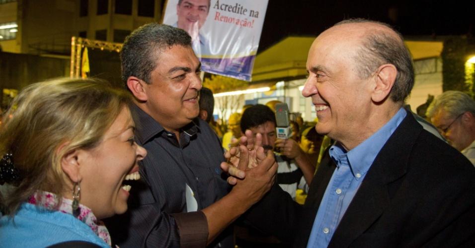 15.ago.2012 - O candidato do PSDB à Prefeitura de São Paulo, José Serra, cumprimenta eleitores durante enconrto com líderes da comunidade no bairro de Cidade Ademar, zona sul da capital