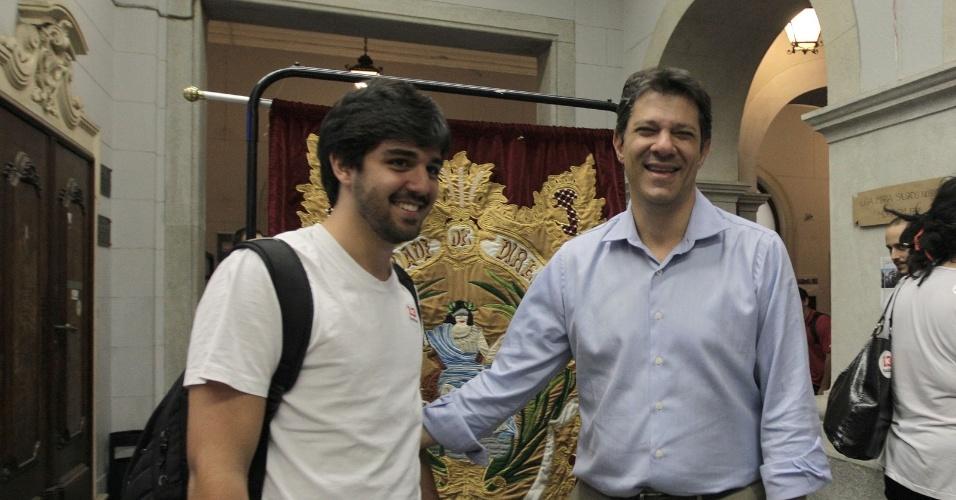 17.ago.2012 - Fernando Haddad, candidato do PT à Prefeitura de São Paulo, conversa com eleitor durante visita à Faculdade do Largo de São Francisco, no centro da cidade