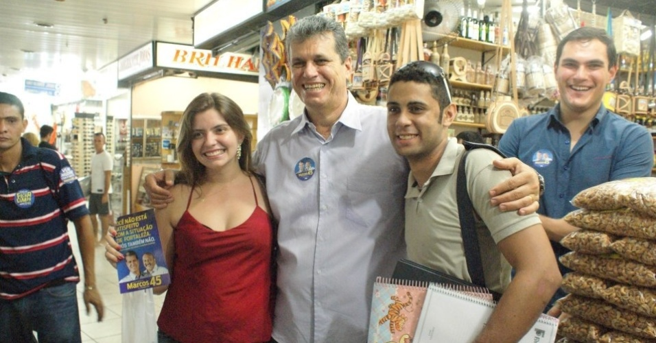 17.ago.2012 - Marcos Cals, candidato do PSDB &#224; Prefeitura de Fortaleza, posa para foto com eleitores durante caminhada pelo mercado central da cidade