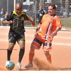 18.ago.2012 - O candidato do PDT à Prefeitura de São Paulo, Paulinho da Força, participou de uma partida de futebol, no Campo da Vila Manchester, na Vila Carrão, neste sábado