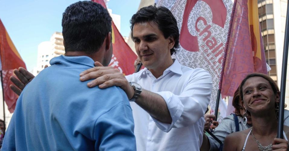 19.ago.2012 - O candidato à prefeitura de São Paulo pelo PMDB, Gabriel Chalita, participou de caminhada pela avenida Paulista, região central, na tarde deste domingo.