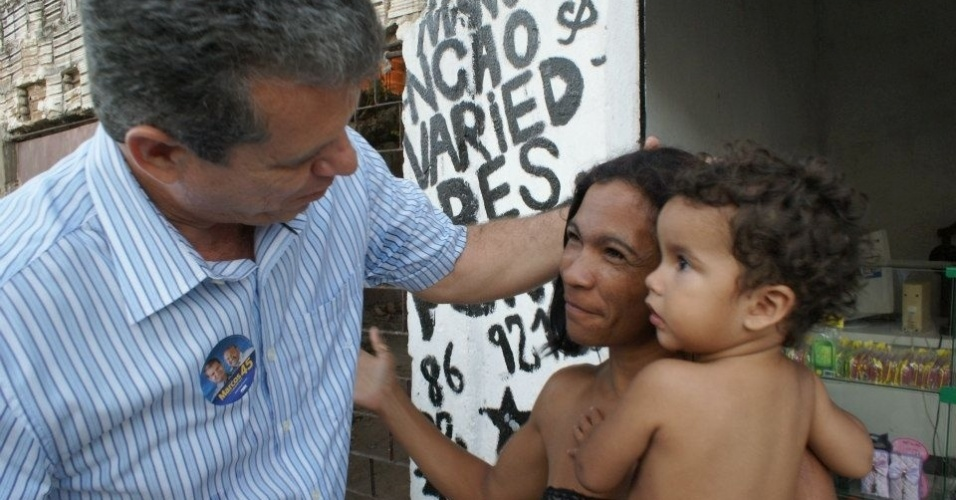 20.ago.2012 - O candidato &#224; prefeito de Fortaleza Marcos Cals (PSDB) afirmou durante caminhada no bairro de Carlito Pamplona, nesta segunda-feira, que, se eleito, ir&#225; implantar centros de sa&#250;de da crian&#231;a nos bairros