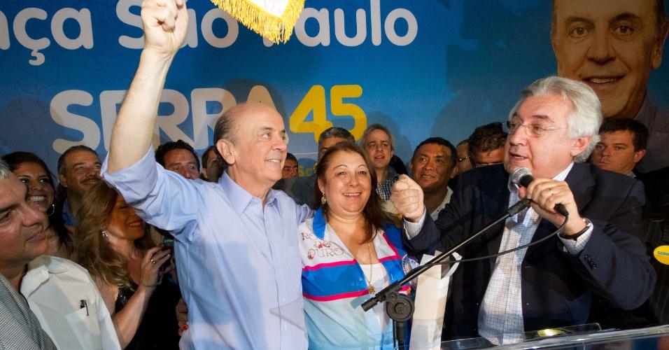 21.ago.2012 - O candidato do PSDB, José Serra, promoveu um evento de campanha com integrantes da escola de samba Rosas de Ouro, na Vila Prudente (zona leste) e prometeu fazer melhorias no sambódromo de São Paulo