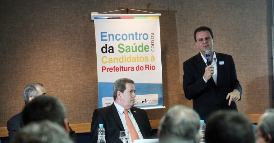 22.ago.2012 - Eduardo Paes, candidato &#224; reelei&#231;&#227;o pelo PMDB no Rio de Janeiro, discursa durante reuni&#227;o com reprensentantes do setor de sa&#250;de