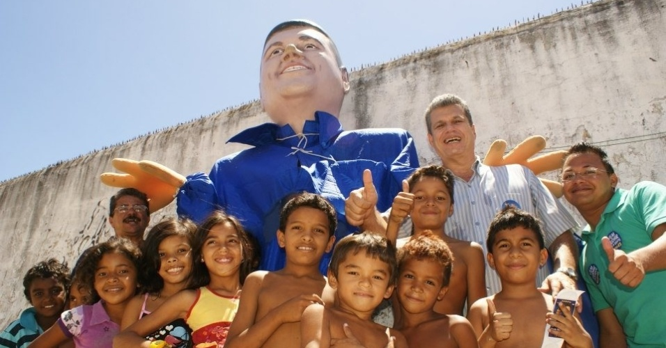 22.ago.2012 - O candidato do PSDB &#224; Prefeitura de Fortaleza, Marcos Cals, posa com crian&#231;as durante caminhada pelo bairro Granja Lisboa