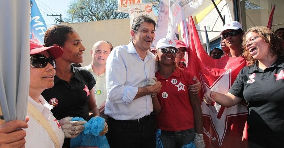 23.ago.2012 - O candidato do PT à Prefeitura de São Paulo, Fernando Haddad, cumprimenta eleitores durante caminhada pelo bairro do Capão Redondo, zona sul da capital paulista