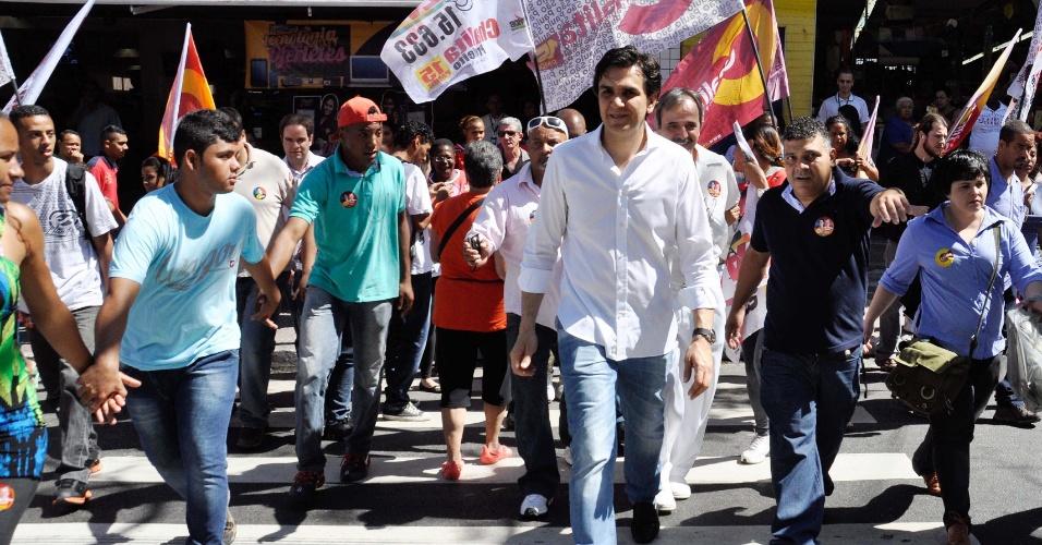 24.ago.2012 - Gabriel Chalita, candidato do PMDB à Prefeitura de São Paulo, faz caminhada pelo Largo do Japonês, na Vila Nova Cachoeirinha, zona norte da capital