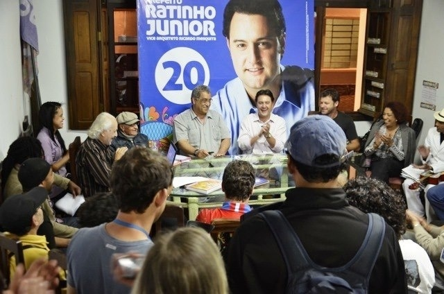24.ago.2012 - Ratinho J&#250;nior, candidato do PSC &#224; Prefeitura de Curitiba, se reuniu nesta sexta-feira com representantes das escolas de samba da capital paranaense e assinou uma carta de compromisso elaborada pelo grupo