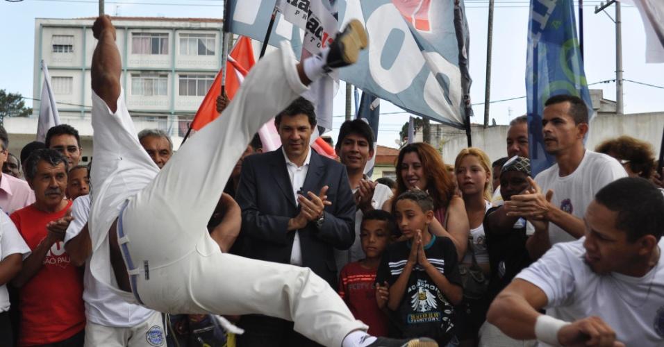 25.ago.2012 - O candidato do PT à Prefeitura de São Paulo, Fernando Haddad, observa roda de capoeira durante caminhada pela avenida Cupecê, no bairro de Cidade Ademar, zona sul da capital paulista