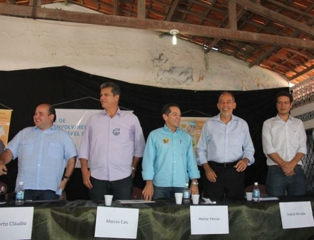 25.ago.2012 - Os candidatos &#224; Prefeitura de Fortaleza participaram do debate da Rede de Desenvolvimento Sustent&#225;vel do Grande Bom Jardim, no Centro Popular de Educa&#231;&#227;o e Cultura, na manh&#227; deste s&#225;bado