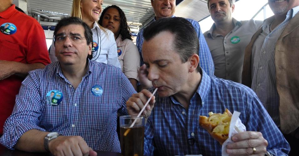 26.ago.2012 - O candidato do PRB à Prefeitura de São Paulo, Celso Russomanno (à dir.), e seu vice, Flávio D'Urso (à esq.), visitaram padarias do Jardim Orly (zona sul), na manhã deste domingo (26)