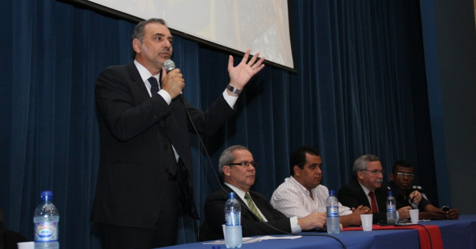 27.ago.2012 - Nelson Pelegrino, candidato do PT &#224; Prefeitura de Salvador, participou nesta segunda-feira de semin&#225;rio sobre seguran&#231;a urbana e guarda municipal, no bairro do Cabula