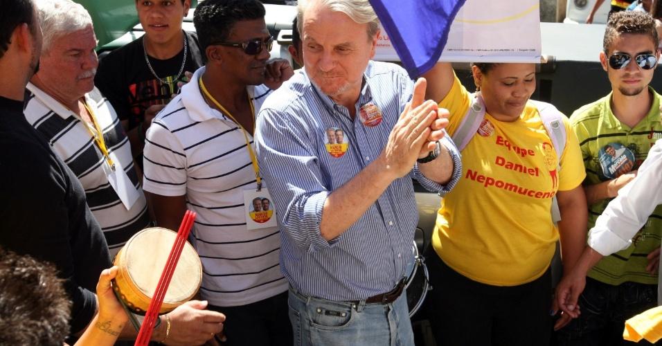 27.ago.2012 - O prefeito de Belo Horizonte, e candidato a reeleição, Márcio Lacerda (PSB), acompanhado do vice, Délio Malheiros, fez uma caminhada na região do Barreiro, na capital mineira