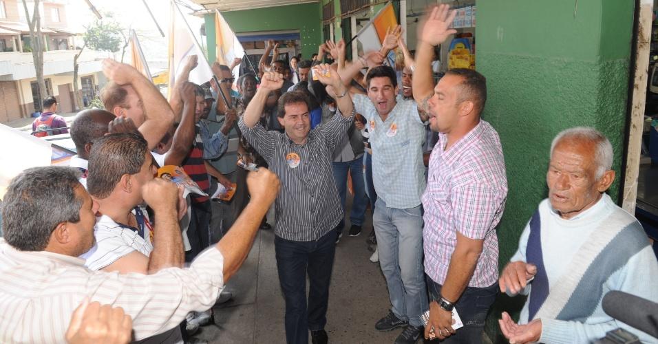 27.ago.2012 - Paulinho da Força (centro, de camisa  listrada), candidato do PDT à Prefeitura de São Paulo, fez caminhada pelo Jardim Varginha, região do Grajaú, zona sul da capital paulista