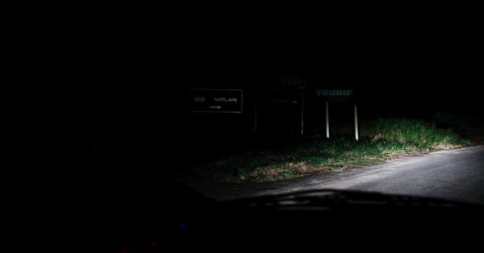 Estrada escura onde são desovados os corpos dentro do distrito industrial de Simões Filho (BA)