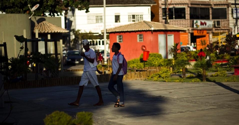 Jovens andam no centro da cidade de Simões Filho (BA)
