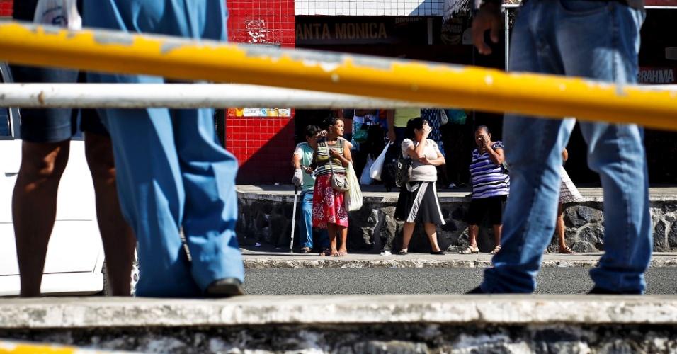 Moradores no centro de Simões Filho (BA)