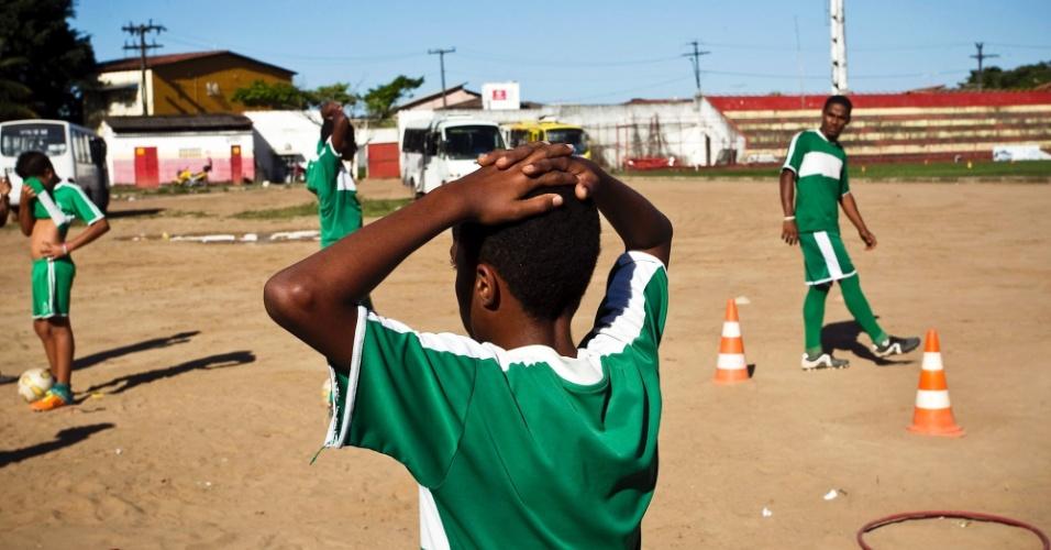Times infantil e de base treinam no campo no centro da cidade de Simões Filho (BA)