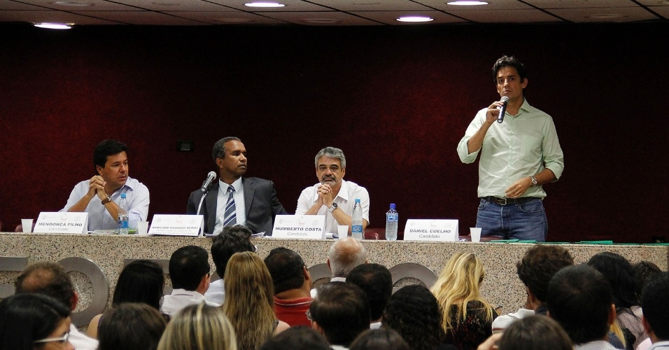 27.ago.2012 - Os candidatos &#224; Prefeitura do Recife participaram na noite desta segunda-feira de um debate promovido pela Faculdade de Ci&#234;ncias Humanas de Pernambuco. Da esquerda para a direita est&#227;o Mendon&#231;a Filho (DEM), o mediador Adm&#237;lson Machado Ramos, Humberto Costa (PT) e Daniel Coelho (PSDB). O candidato Geraldo Julio (PSB) n&#227;o compareceu ao evento