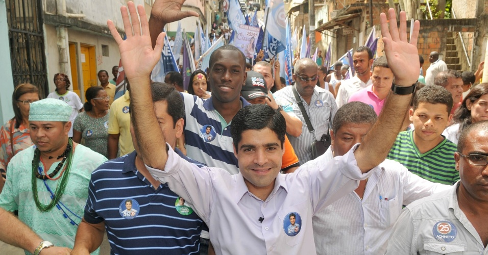 29.ago.2012 - ACM Neto, candidato do DEM &#224; Prefeitura de Salvador, fez caminhada nesta quarta-feira pelos bairros de Santa Cruz e Vale das Pedrinhas. Durante o evento, ele disse que, se eleito, vai contratar, por meio de concurso p&#250;blico, dois mil guardas municipais at&#233; 2016