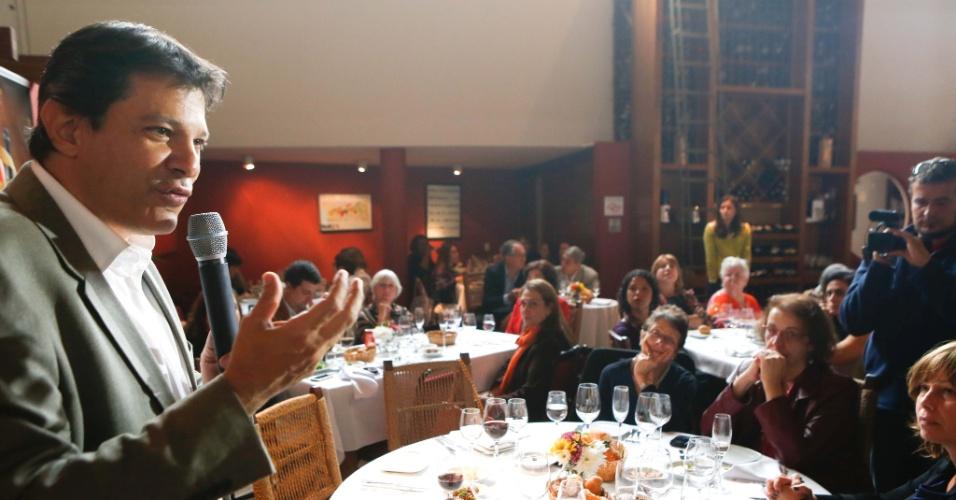 29.ago.2012 - Fernando Haddad, candidato do PT à Prefeitura de São Paulo, discursa durante almoço com mulheres empresárias em um restaurante no bairro de Santa Cecília, centro da cidade
