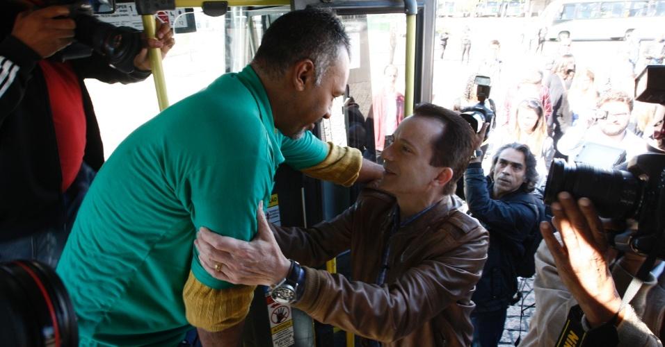 31.ago.2012 - Celso Russomanno, candidato do PRB à Prefeitura de São Paulo, cumprimenta eleitor durante visita a uma cooperativa de transporte no bairro do Jaraguá, zona norte da capital