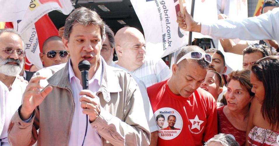 31.ago.2012 - O candidato do PT à Prefeitura de São Paulo, Fernando Haddad, discursa durante caminhada pelo bairro da Lapa, zona oeste da capital paulista