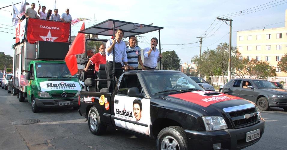 1º.set.2012 - O candidato do PT à Prefeitura de São Paulo, Fernando Haddad, participa de carreata em Itaquera (zona leste) na tarde deste sábado