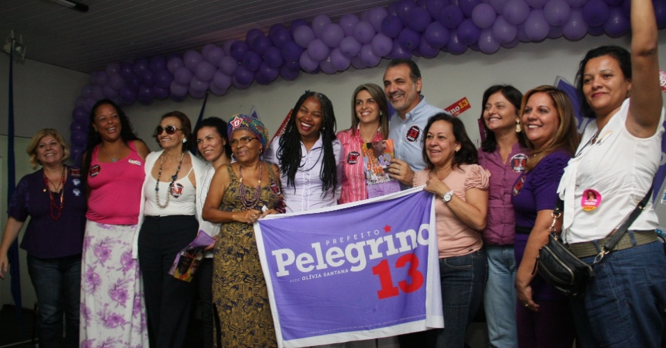 1&#186;.set.2012 - O candidato do PT a prefeito de Salvador, Nelson Pelegrino, recebeu, na manh&#227; deste s&#225;bado, documento com 13 pontos elencados pelas mulheres de sua coliga&#231;&#227;o para serem inclu&#237;dos no programa de governo