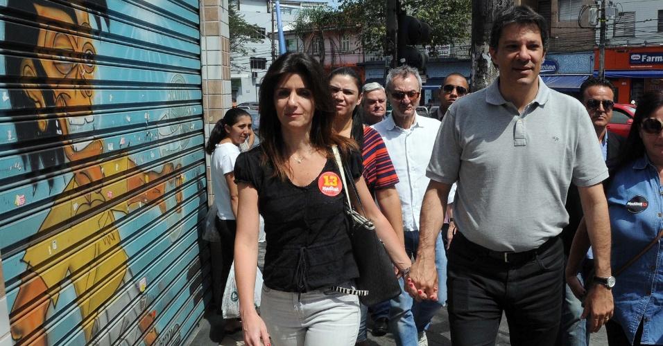 2.set.2012 - Fernando Haddad, candidato do PT à Prefeitura de São Paulo, participou de carreata no bairro da Saúde (zona sul) acompanhado da mulher, Ana Estela, na manhã deste domingo