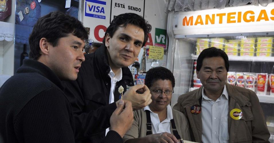 4.set.2012 - Gabriel Chalita, candidato do PMDB à Prefeitura de São Paulo, come um pedaço de queijo durante visita ao Mercado Municipal do Ipiranga, na zona sul da cidade