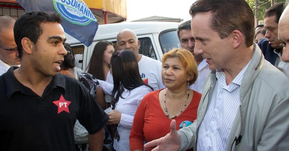 5.set.2012 -  O candidato do PRB à Prefeitura de São Paulo, Celso Russomanno, cumprimenta eleitor petista durante campanha no bairro do Grajaú, na zona sul de São Paulo, nesta quarta