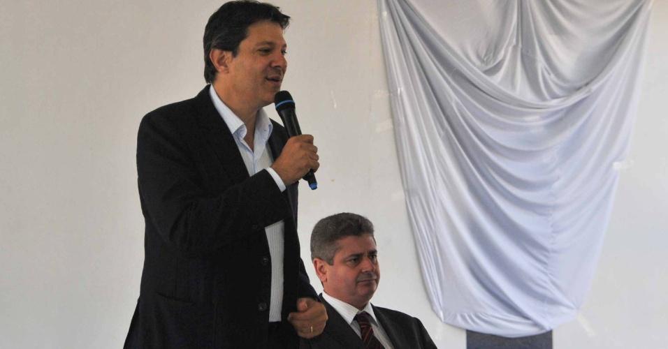 5.set.2012 - O candidato do PT à Prefeitura de São Paulo, Fernando Haddad (de pé), participou de um encontro com empresários no bairro Itaquera, na zona leste