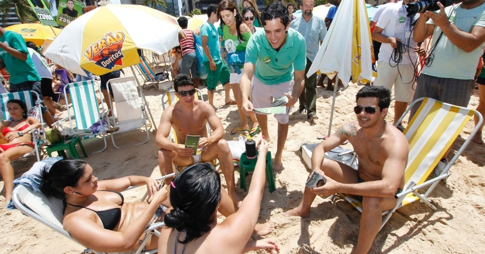 7.set.2012 - O candidato do PSDB, Daniel Coelho, fez campanha na praia de Boa Viagem, nesta sexta