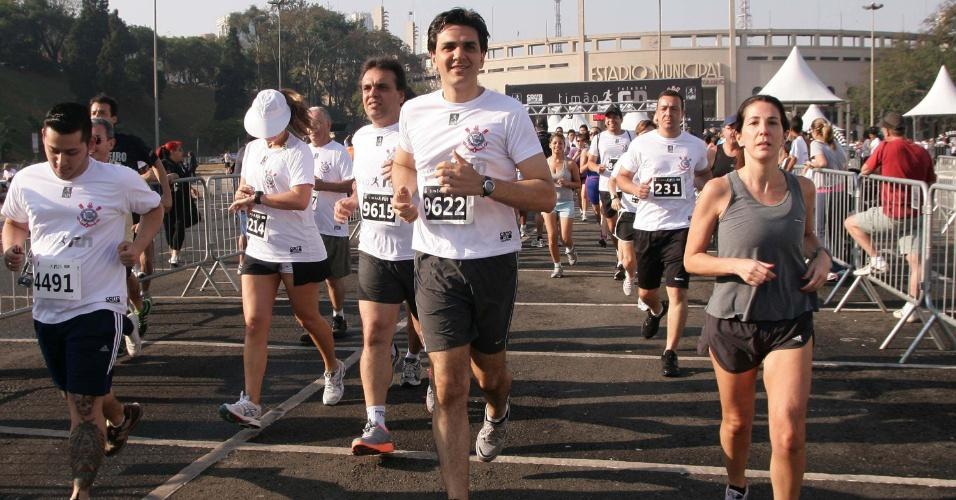 9.set.2012 - O candidato do PMDB à Prefeitura de São Paulo, Gabriel Chalita, participa da corrida Timão Run, no bairro do Pacaembu, zona oeste da cidade