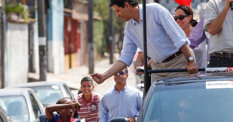"""9.set.2012 - O candidato do PT à Prefeitura de São Paulo, Fernando Haddad, participa de carreata na zona norte. Ele criticou o que chamou de """"partidarização das igrejas"""" e o uso de pesquisas na campanha na TV"""