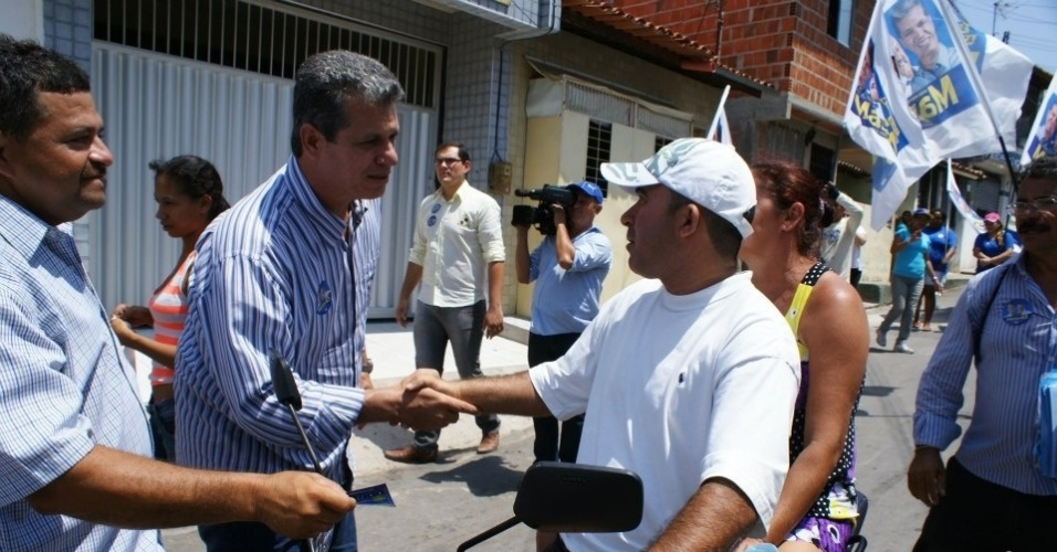 10.set.2012 - O candidato do PSDB &#224; Prefeitura de Fortaleza, Marcos Cals (&#224; esq.), cumprimenta eleitor durante caminhada pelo bairro Lagamar, regi&#227;o central da capital cearense