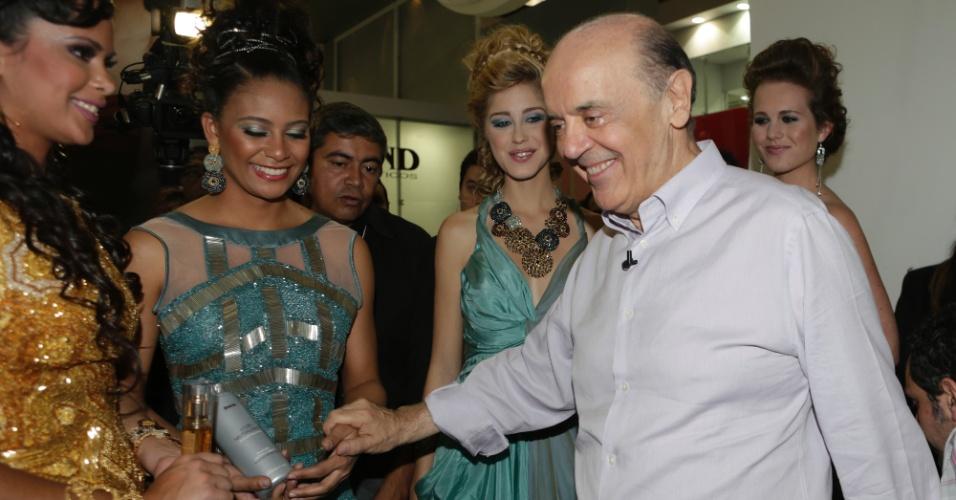 10.set.2012 - O candidato do PSDB à Prefeitura de São Paulo, José Serra, tirou fotos com modelos na feira de cosméticos Beauty Fair, no Expo Center Norte, na tarde desta segunda