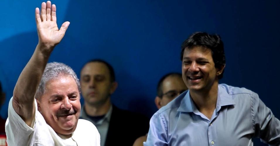 11.ago.2012 - O ex-presidente Luiz Inácio Lula da Silva fez sua primeira participação em eventos de campanha de Fernando Haddad (à dir.), candidato do PT à prefeitura de São Paulo, num encontro sindical no centro da cidade