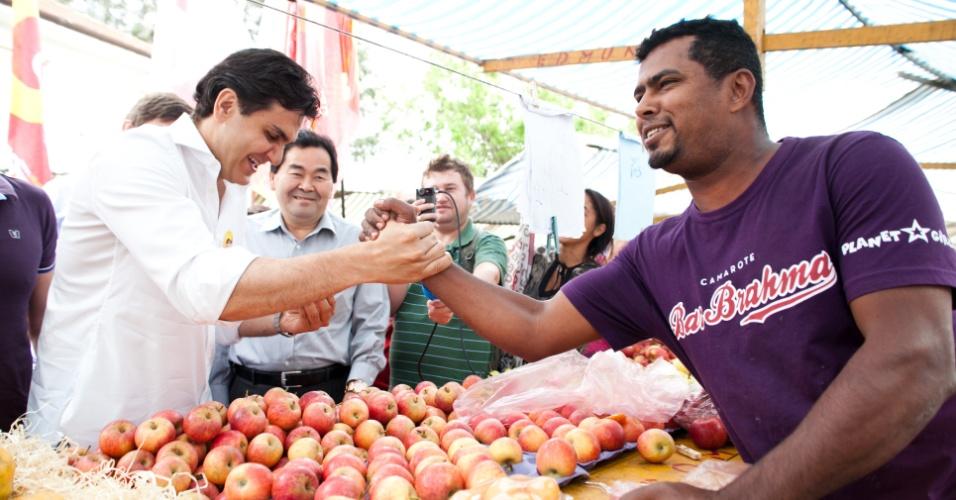 11.set.2012 - O candidato do PMDB à Prefeitura de São Paulo, Gabriel Chalita, faz campanha em feira livre na Vila Guilherme, zona norte da capital